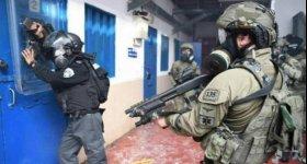 وحدات القمع تقتحم قسم 2 في ...