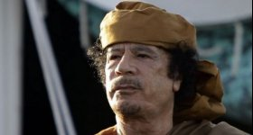 القذافي لا يزال حيا وشوهد يصلي ...